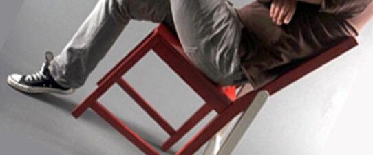 Почему ребенок качается на стуле